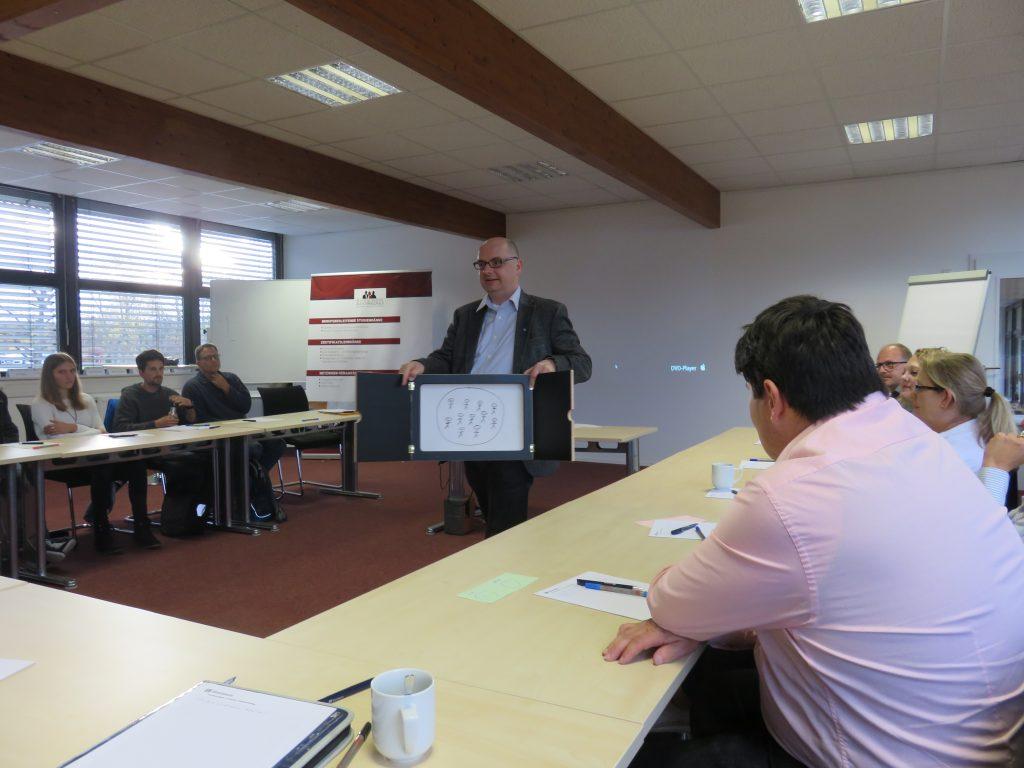 An der Business School Alb-Schwarzwald diskutierten Expertinnen und Experten von Schulen und Unternehmen miteinander.